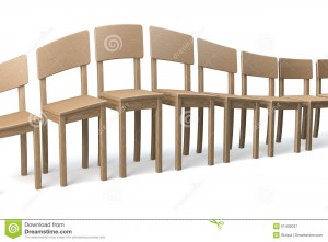 rangée-tordue-des-chaises-en-bois-51402037