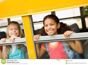 autobus-scolaire-filles-regardant-la-fentre-d-autobus-55044482