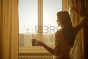 31878160-femme-dans-la-matin-e-femme-sexy-attrayante-avec-un-corps-pur-tient-une-tasse-de-th-chaud-ou-un-caf-