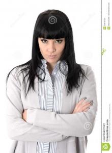 femme-déprimée-impitoyable-boudante-avec-des-bras-pliés-et-attitude-54879744
