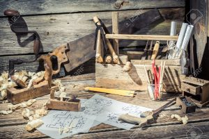 37062867-vieux-dessin-bureau-en-bois-dans-l-atelier-de-menuiserie-banque-dimages